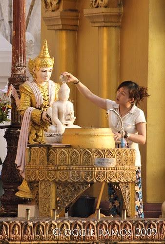 shwedagon bathing the buddha