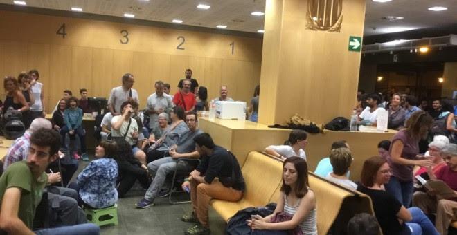 Colegio electoral en oficina de Benestar Social, del Departament de Treball, Afers Socials i Families de la Generalitat  Más de 100 personas concentradas en interior desde las 5 de la mañana