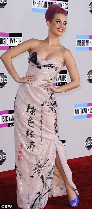 A menina com a roupa três mudanças: Katy stuns em Vivienne Westwood vestido