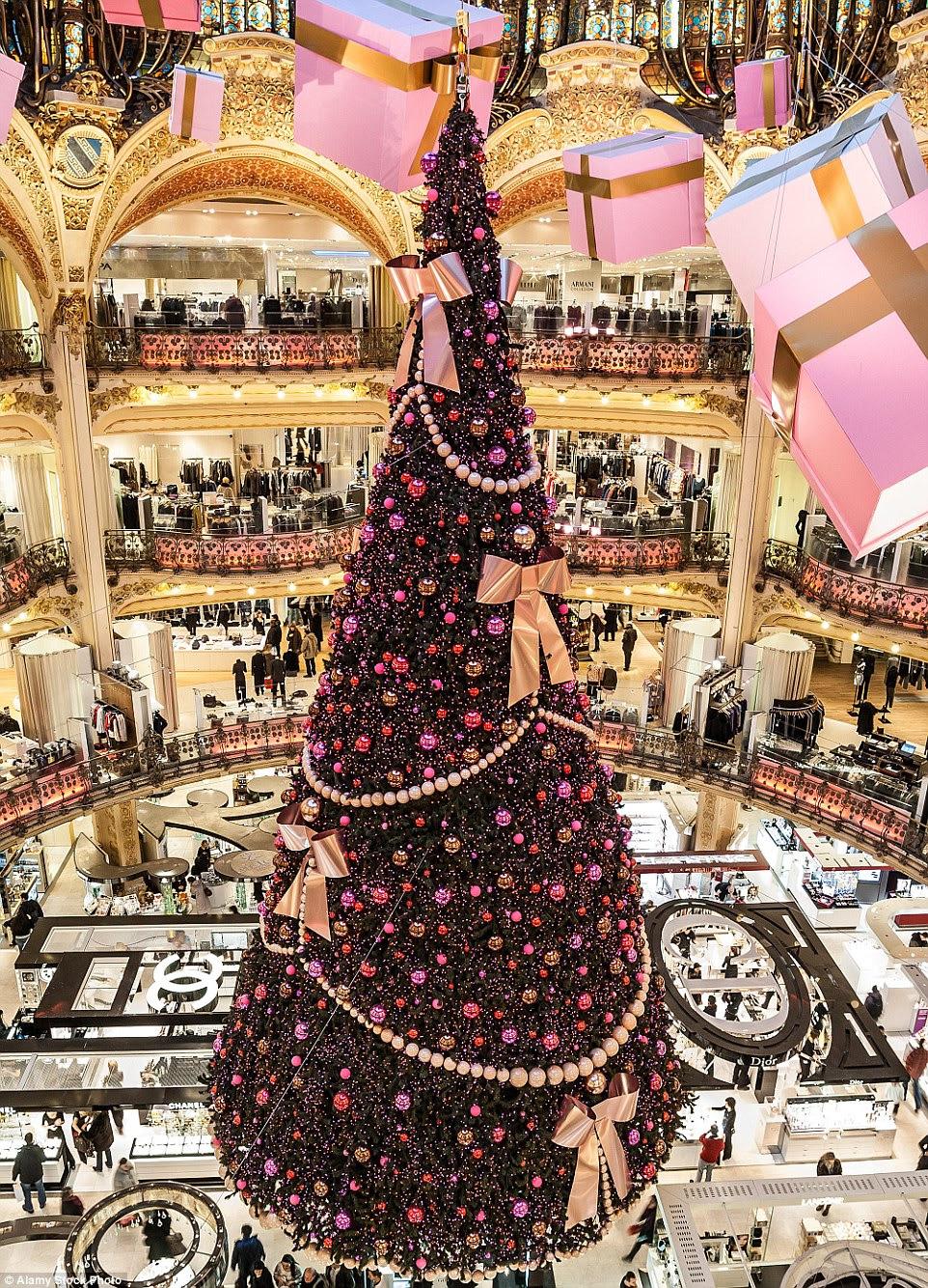 A Galeries Lafayette em Paris orgulha-se em sua árvore de Natal extraordinário que pende do centro do edifício em França