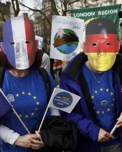 Manifestantes a favor de la permanencia de Reino Unido en la UE junto a la sede del Parlamento británico. - REUTERS
