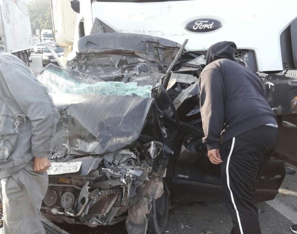 Acidente ocorreu nesta sexta e três pessoas morreram (Foto: PRF/Divulgação)