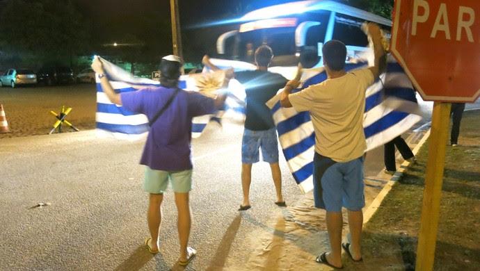 Ônibus da delegação uruguaia deixa aeroporto com festa da pequena torcida Celeste (Foto: Marcelo Russio)
