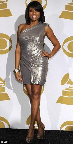 Fazendo uma chegada: LL Cool J tinha swagger como ele posou para as câmeras e, logo, a atriz Taraji P. Henson vestiu uma forma de ajuste vestido de prata