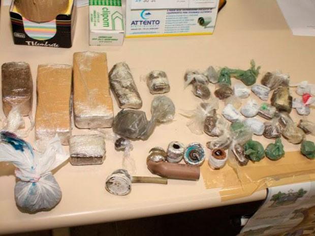 Maconha em tabletes e crack embalado em sacolas foram encontrados em Mossoró (Foto: Marcelino Neto/O Câmera)
