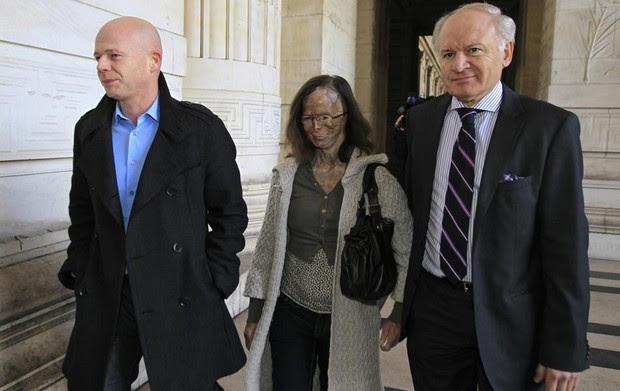Entre seus advogados, Patricia Lefranc chega para sessão do julgamento de Richard Remes em Bruxelas, na Bélgica. Remes, de 57 anos, enfrenta acusação de tentativa de assassinato após jogar ácido contra o rosto e o corpo de Lefranc, então sua namorada. (Foto: Yves Herman/Reuters)
