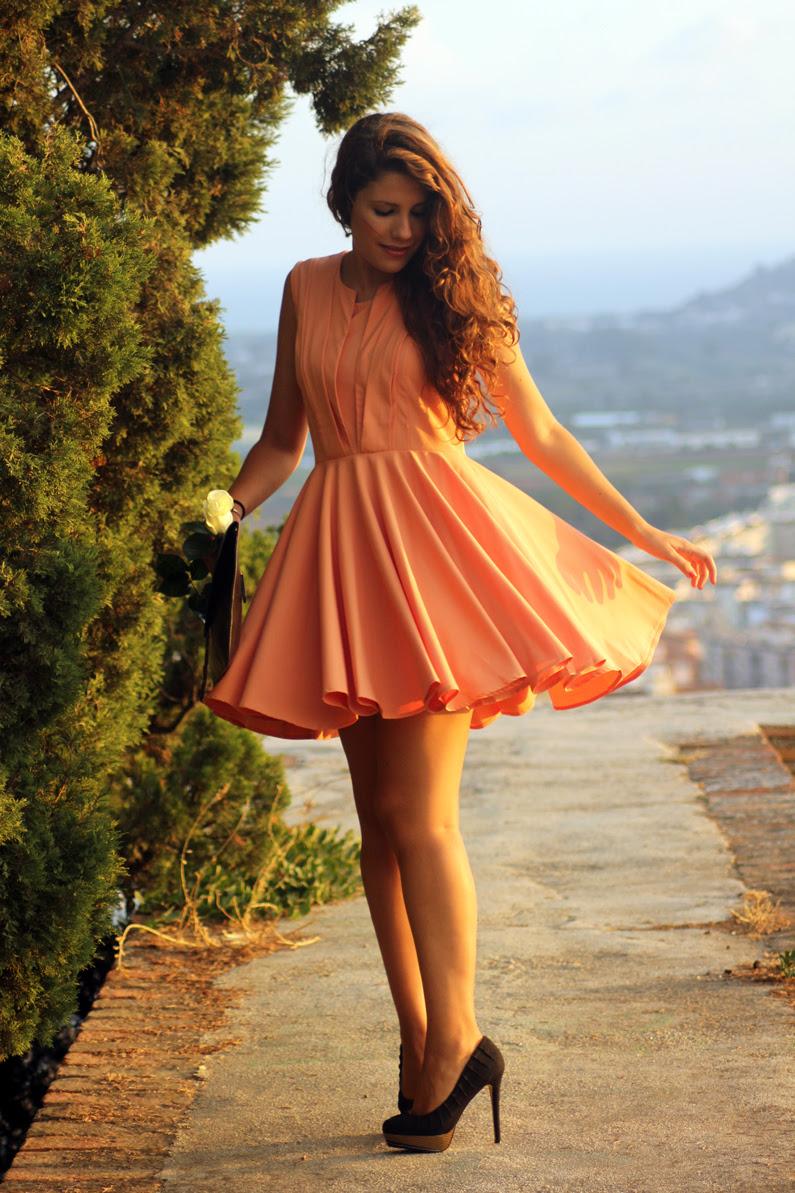 vestido-naranja-heelsandroses-con-complementos-negros-(8)