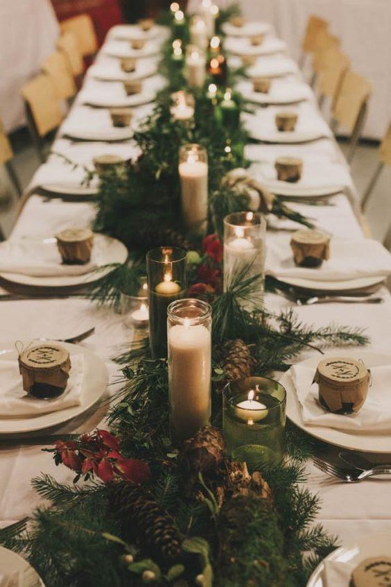 evergreens, tannenzapfen, rote Blätter und viele Kerzen für eine Wald-winter-Hochzeit