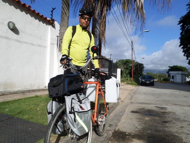Daniel con su bici equipada