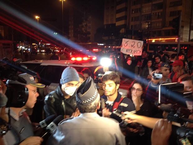 PM conversa com manifestantes na Rua da Consolação (Foto: Marcelo Mora/G1)