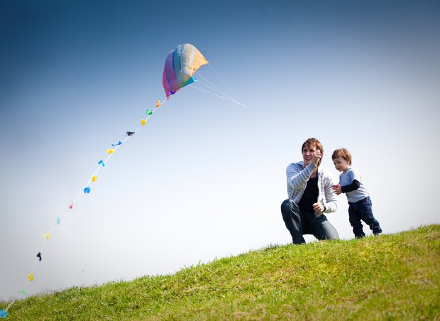 Pai e filho empinando pipa (Foto: Shutterstock)