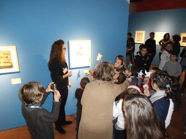 Con le girandole davanti al quadro di Carole Hénaff