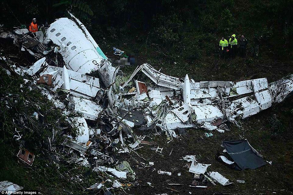 Os destroços do companhias aéreas Lamia avião fretado transportando membros da equipa de futebol do Real Chapecoense é visto depois que ele caiu nas montanhas de Cerro Gordo