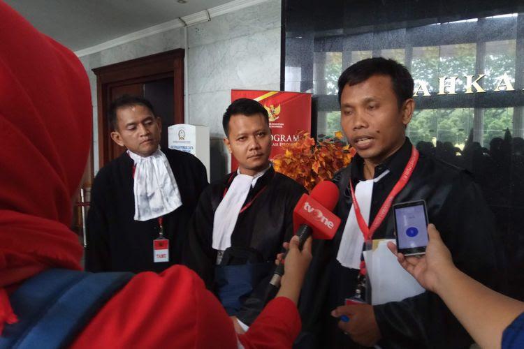 Pengacara, Rangga Lukita (tengah) dan Ahmad Khozinudin (kanan) ditemui usai sidang uji materi terkait Perppu Ormas yang digelar di Mahkamah Konstitusi (MK), Jakarta, Kamis (12/10/2017).