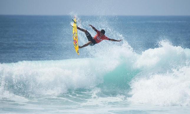 Filipe Toledo voando em Trestles