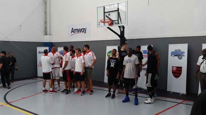 Entrega da quadra da Cruzada conta com atletas de Flamengo e Orlando (Foto: Marcello Pires)