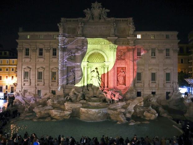 A fonte de Trevi em Roma, na Itália, é iluminada com as cores da bandeira da Bélgica em homenagem às vítimas dos ataques terroristas desta terça (22) (Foto: Stefano Rellandini/Reuters)