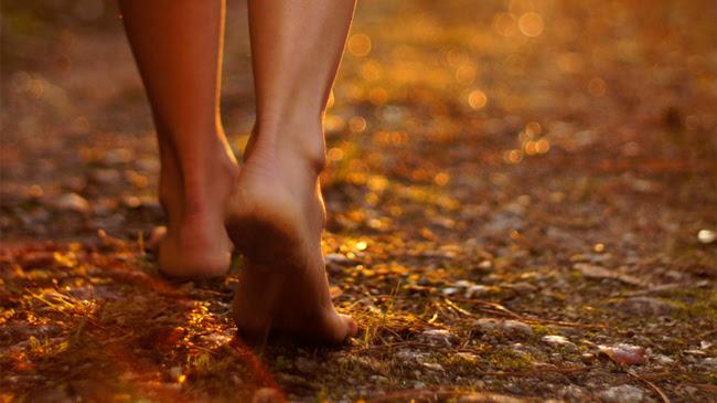 Los beneficios de caminar descalzo...