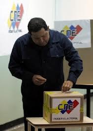 El presidente  venezolano Hugo Chávez ejerciendo el voto durante las presidenciales de 2012