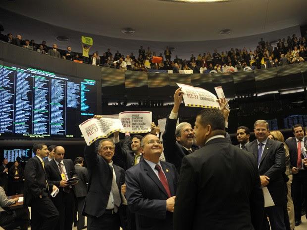 Deputados no plenário da Câmara durante a sessão de votação da PEC 37 (Foto: Luis Macedo / Agência Câmara)