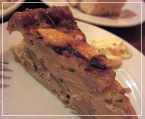 恵比寿「三郎酒場」にて。これはスペイン風ポテトオムレツ。