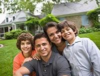 Foto de familia hispana joven sonriendo