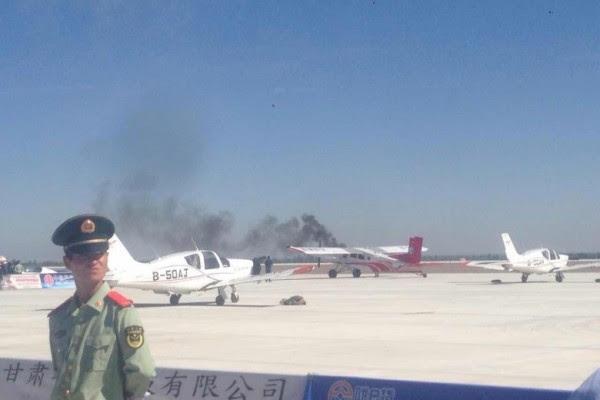 发生坠机后,地上冒起大量浓烟。(网络图片)