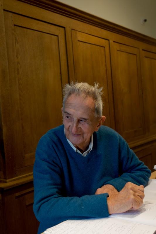 """Jean Dauphin, cofondateur du Musée de la bataille des frontières en Gaume, fête cette année ses 90 ans. Instituteur à Latour dès l'âge de 22 ans, il a connu nombre de témoins directs des """"atrocités allemandes"""", dont il perpétue une mémoire dénuée de rancœur et de haine. Photo: Olivier Favier."""