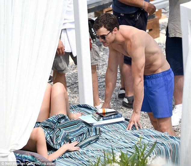 Coração-de-coração!  Jamie e Dakota parecia perfeitamente à vontade enquanto eles conversavam uns com os outros em seu swimwear