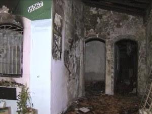 Imóvel ficou totalmente destruído após incêndio (Foto: Reprodução / TV Tribuna)