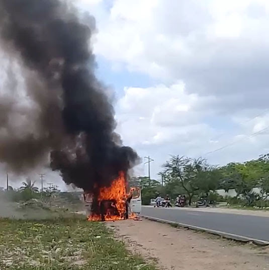 Carro pegou fogo no trecho que liga o povoado de Santa Rosa a Conceição do Coité | Foto: Notícias de Santaluz