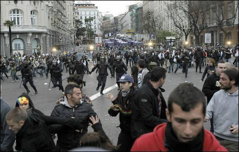Efectivos de la Policía Nacional se dirigen hacia los manifestantes concentrados en la plaza de Neptuno durante los enfrentamientos que se han producido en el transcurso de la protesta contra las principales instituciones del Estado, que ha sido convocada esta tarde junto a la Cámara Baja con el lema 'Asedia el Congreso'. EFE/Kiko Huesca