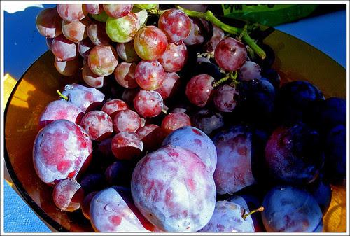 ciruelas y uvas
