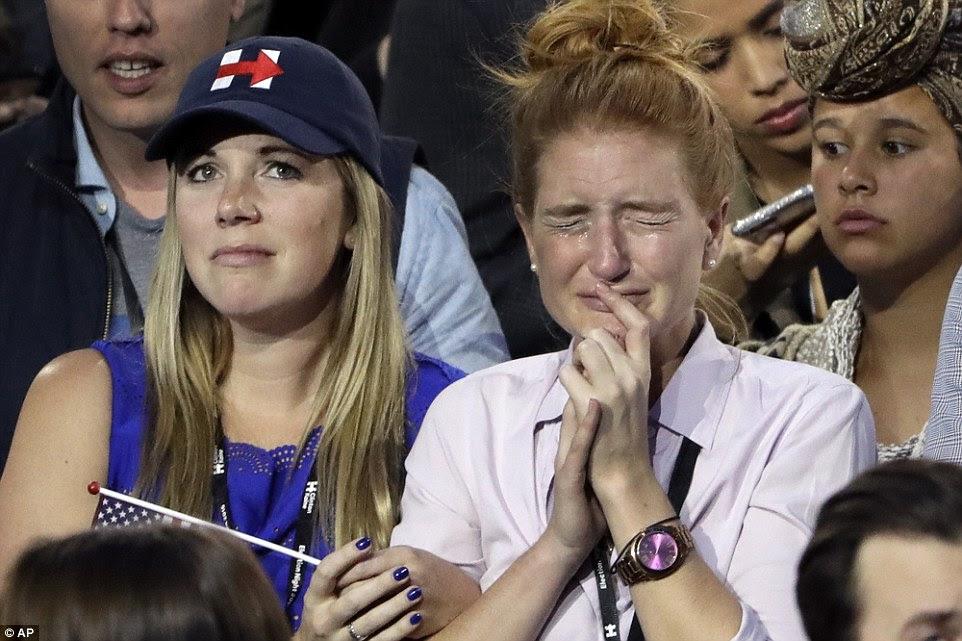 Desolado: apoiantes de Hillary Clinton chorar como eles vêem os resultados das eleições durante a reunião da noite da eleição do candidato presidencial democrata Hillary Clinton no átrio de vidro fechado do Javits Center Jacob