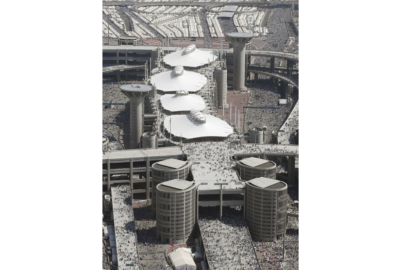 Komplek jamarat atau tempat melontar jumrah di Mina, Sabtu (27/10).   (Hassan Ammar/AP)