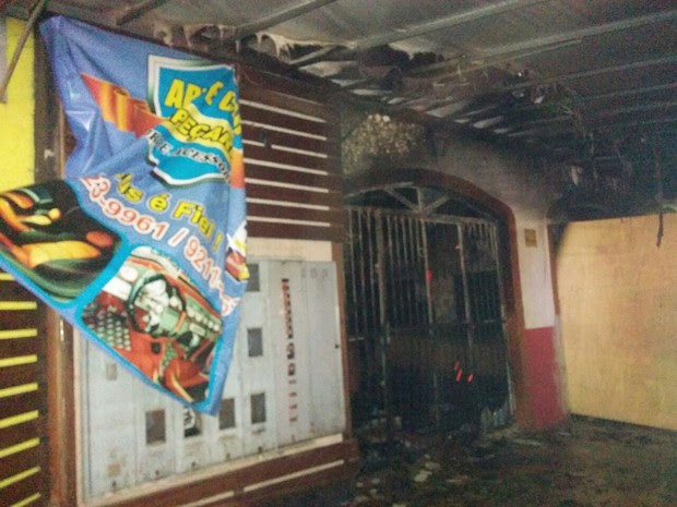 Incêndio, supostamente criminoso, destruiu tapeçaria em Porto Velho (Foto: Lívia Costa/Globo Esporte)