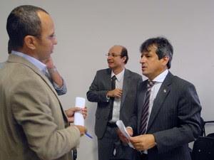 Leiloeiro Marcus Nepomuceno (à esquerda), juiz Eduardo Bezerra (centro) e o promotor Rinaldo Reis (direita) conversam sobre resultado do primeiro leilão (Foto: Ricardo Araújo/G1)