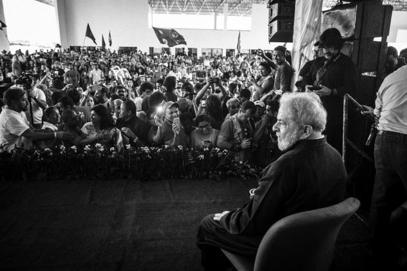 <p>Lula Da Silva, sentado en un escenario durante la gira de su caravana de campaña Lula pelo Brasil. Agosto de 2017</p>