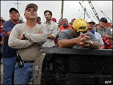 Pescadores de Luisiana  reciben instrucciones para la colocación de barreras contra el derrame petrolero