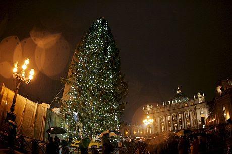 La iluminación de Navidad en la Plaza de San Pedro en el Vaticano. (Foto: EFE)