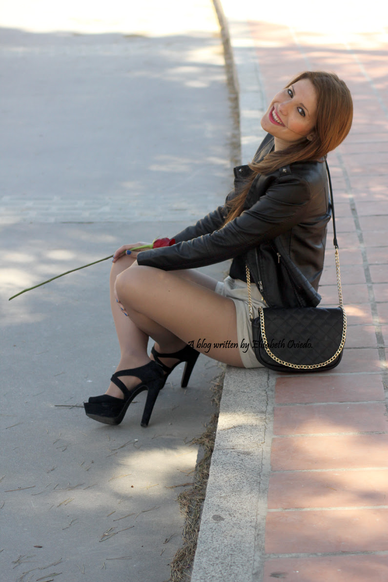 chaqueta-de-cuero-negra-y-shorts-camel-HEELSANDROSES-Vesania-moda-(2)