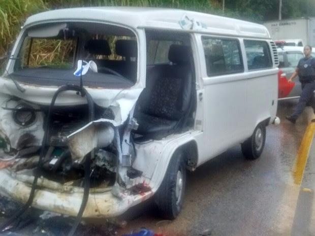 Kombi ficou completamente destruída com o acidente (Foto: Divulgação/Bombeiros)
