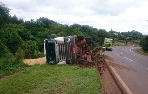 Cantagalo - Motorista de caminhão passa mal, perde o controle da direção e sofre acidente