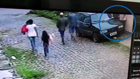 Imagem de câmera mostra pedestres passando pelo local, aparentemente sem perceber que se tratava de um roubo | Foto: Reprodução