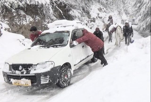 बर्फबारी के कारण बंद हैं 3 एनएच समेत बंद हैं 330 सड़कें, अटल-टनल से गुजरीं रिकॉर्ड गाड़ियां