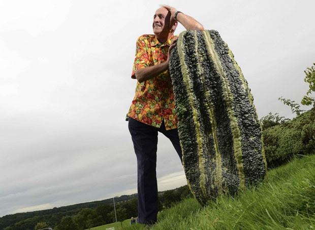 Britânico Ian Neale, de Newport, exibe abobrinha de 50,5 quilos (Foto: Nigel Roddis/Reuters)