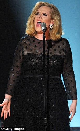 Mudança rápida: Adele transformado em um equipamento polkadot muito negro como ela subiu ao palco para executar e coletar os prêmios seis