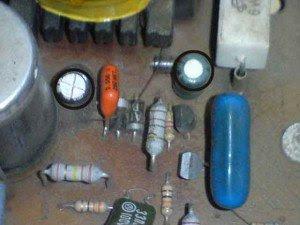 capasitor-47uf50-volt-filter-power-supply-primer-area-mainboard-televisi-Akira-CT21PF9-300x225