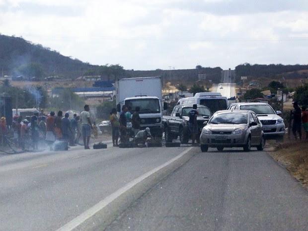 Interdição na BR-304 começou por volta das 8h10 (Foto: Canindé Soares)