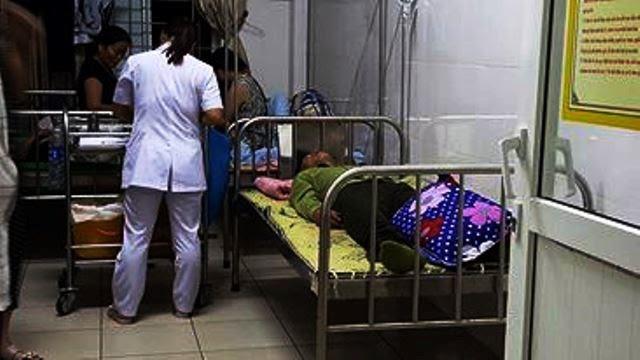 Trưởng công an xã Cẩm Trung được điều trị tại bệnh viện đa khoa tỉnh Hà Tĩnh. (Hình: Infonet)